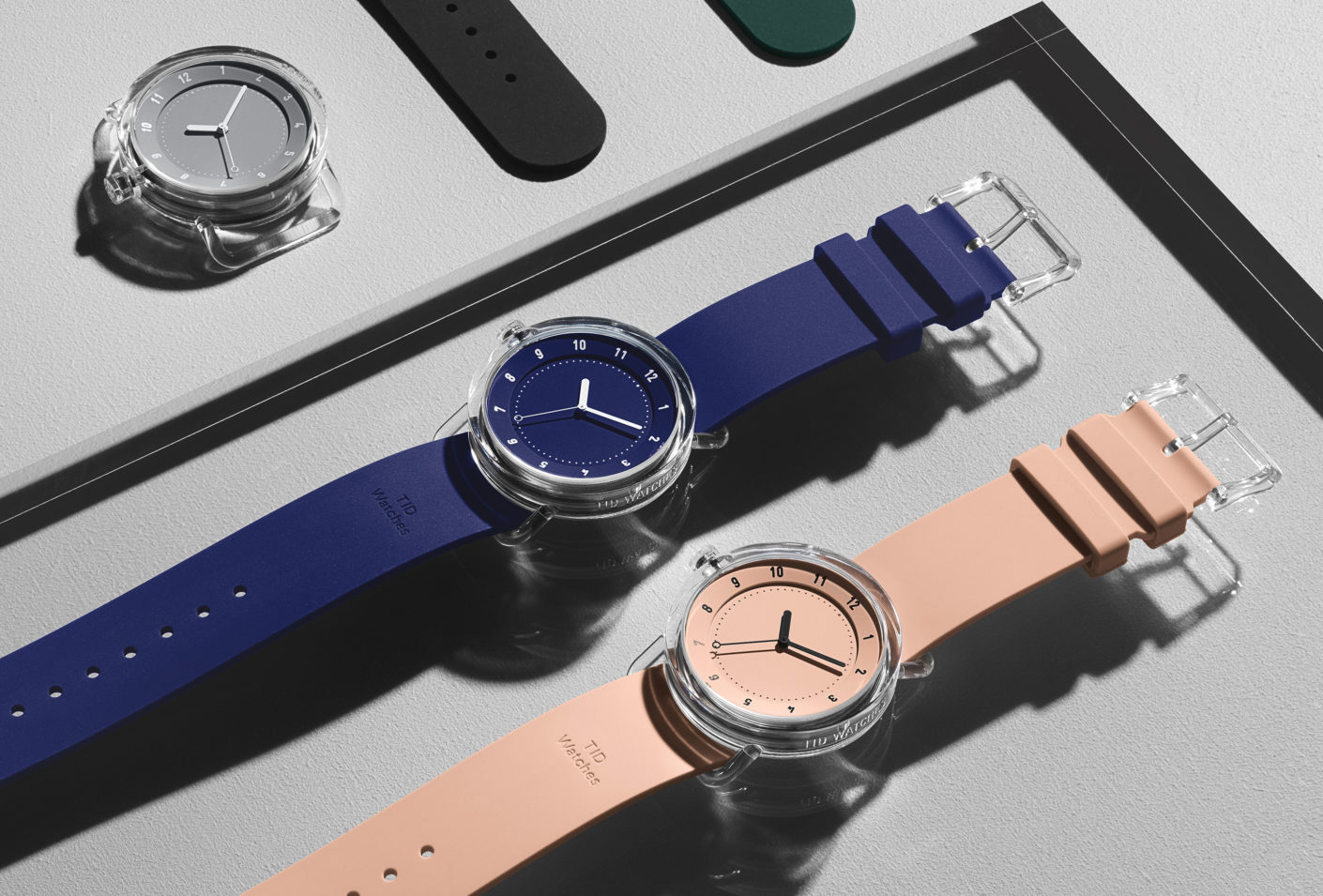 variety of colours: The feather-light cases are available with faces in matt white, black, grey, blue, green, pink and orange – and can be combined at will with a matching silicon strap.
