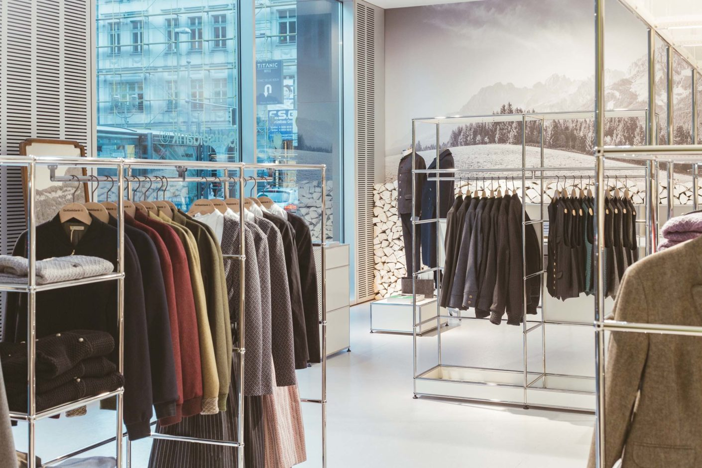 In the USM showroom in Berlin, the traditional costume label Gottseidank presents its latest collection.