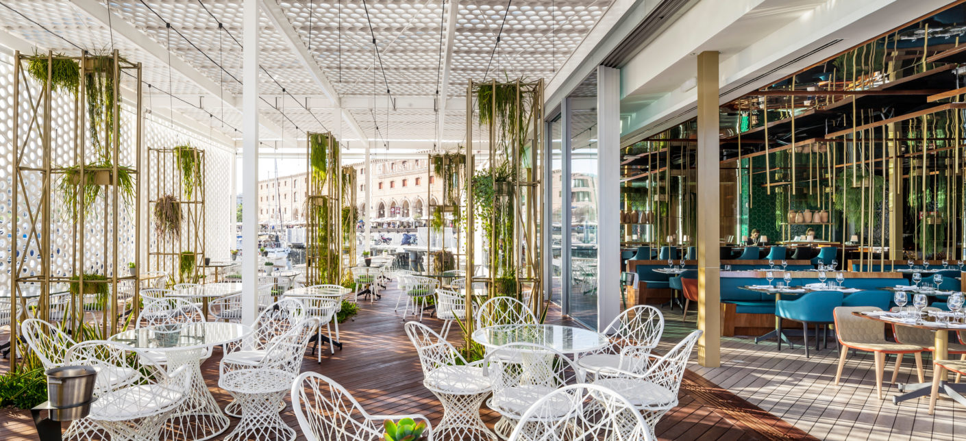 In addition to the cozy atmosphere, the club with its restaurant and bar also offers a bright, gently screened outdoor area. The maritime theme is taken up here with white looms and wooden planks.