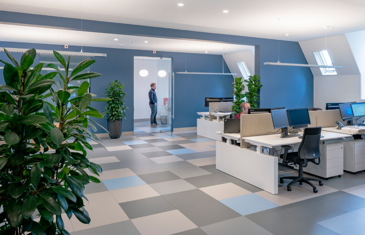 Matt gray blue in combination with noble gray tones creates a quiet working atmosphere in the offices and the reading room.