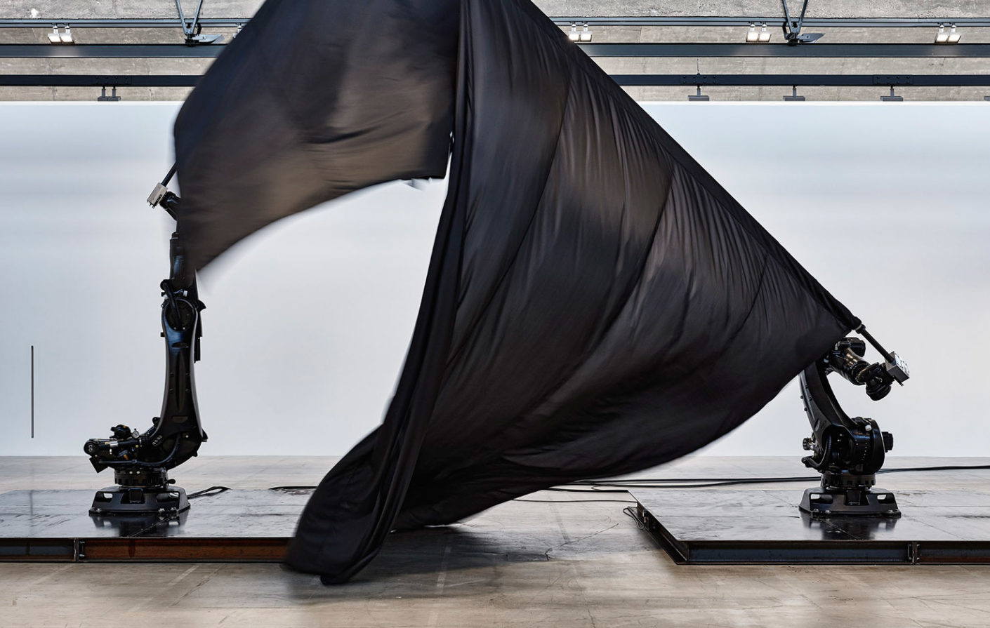 "Willliam Forsythe, ""Black Flags"", 2014. In seinen Installationen, Filmarbeiten und interaktiven Skulpturen überträgt Willliam Forsythe die organisierte Bewegung der Choreographie in die bildende Kunst."