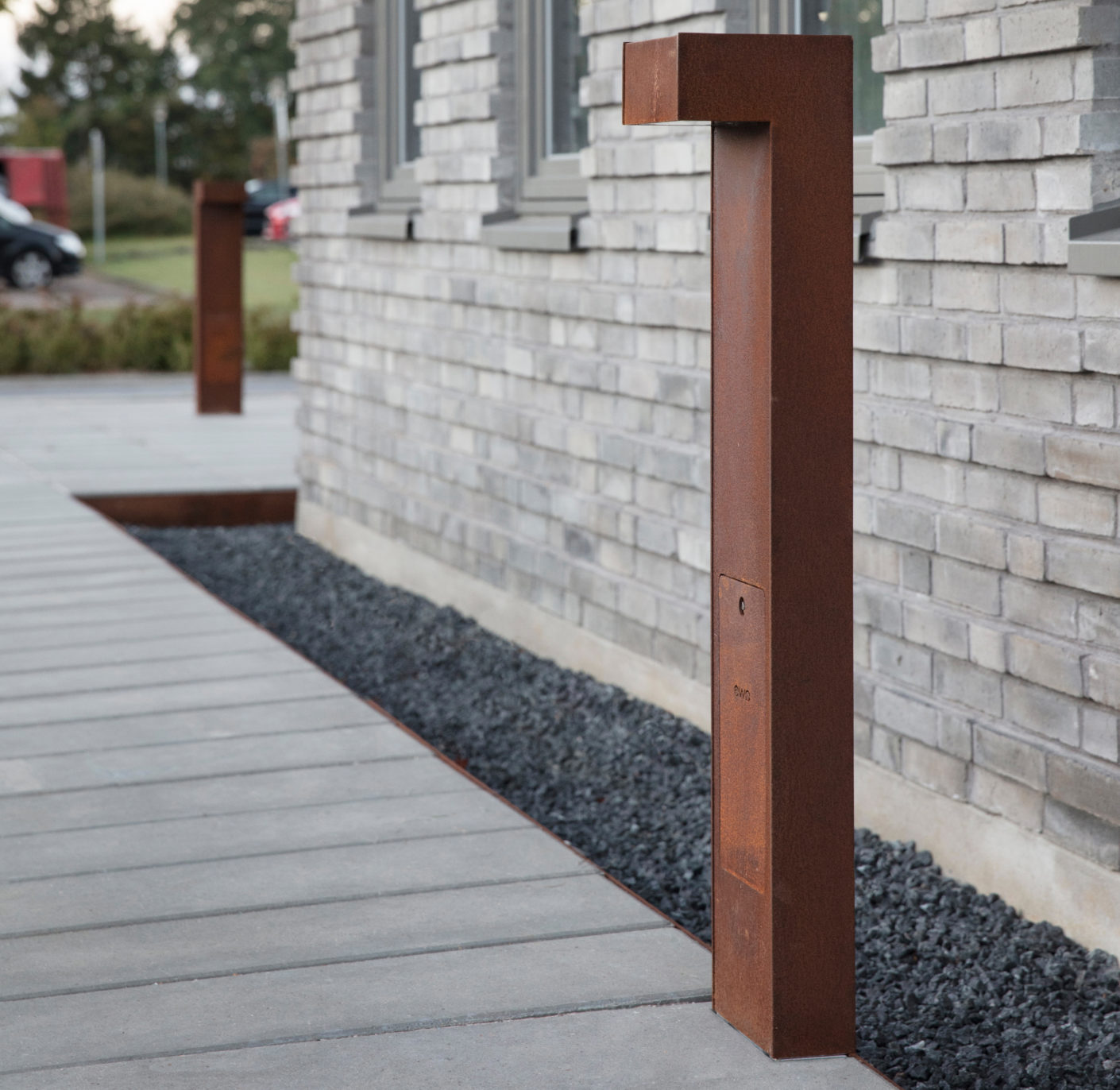 A corrosion-resistant insulating layer makes the COR-TEN steel ewo bollard lights suitable for outside use.