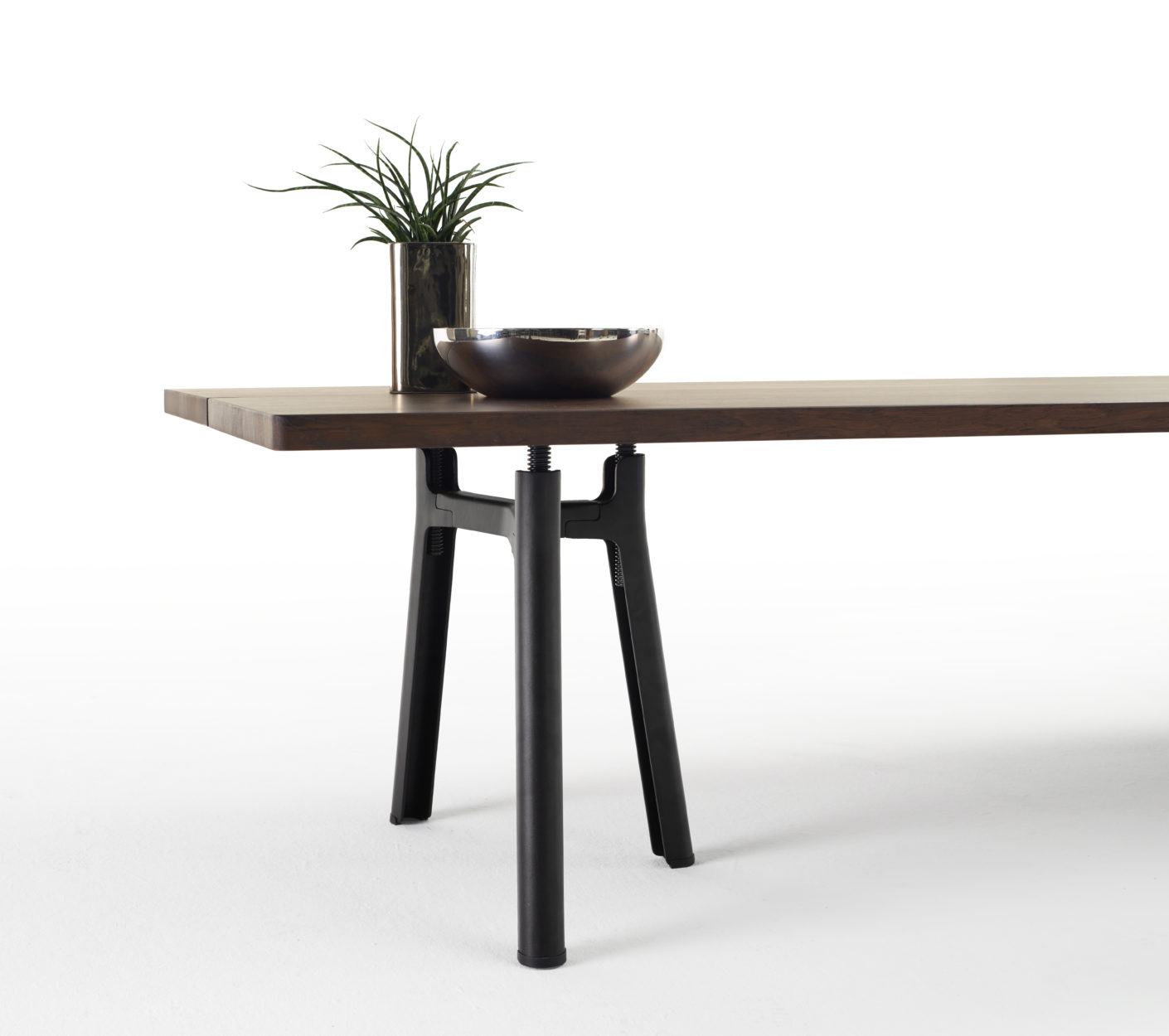 """Trestle"" can be manually adjusted in height by seven centimeters. The table top consists of two parts, which facilitates transport and orientation in the room."