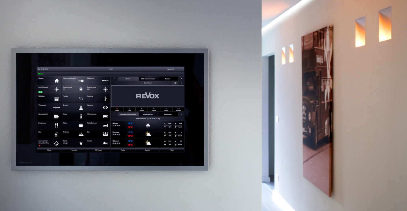 With the Gira Home Server as the in-house computer, the lights, entertainment electronics, blinds and heating can all be controlled centrally.