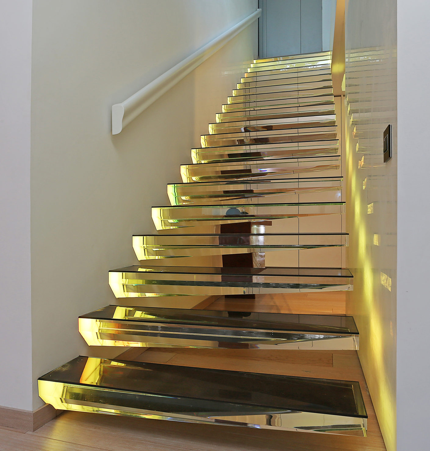 To make the steps even more spectacular the stairs can be illuminated by LED light reflections in changing colors.