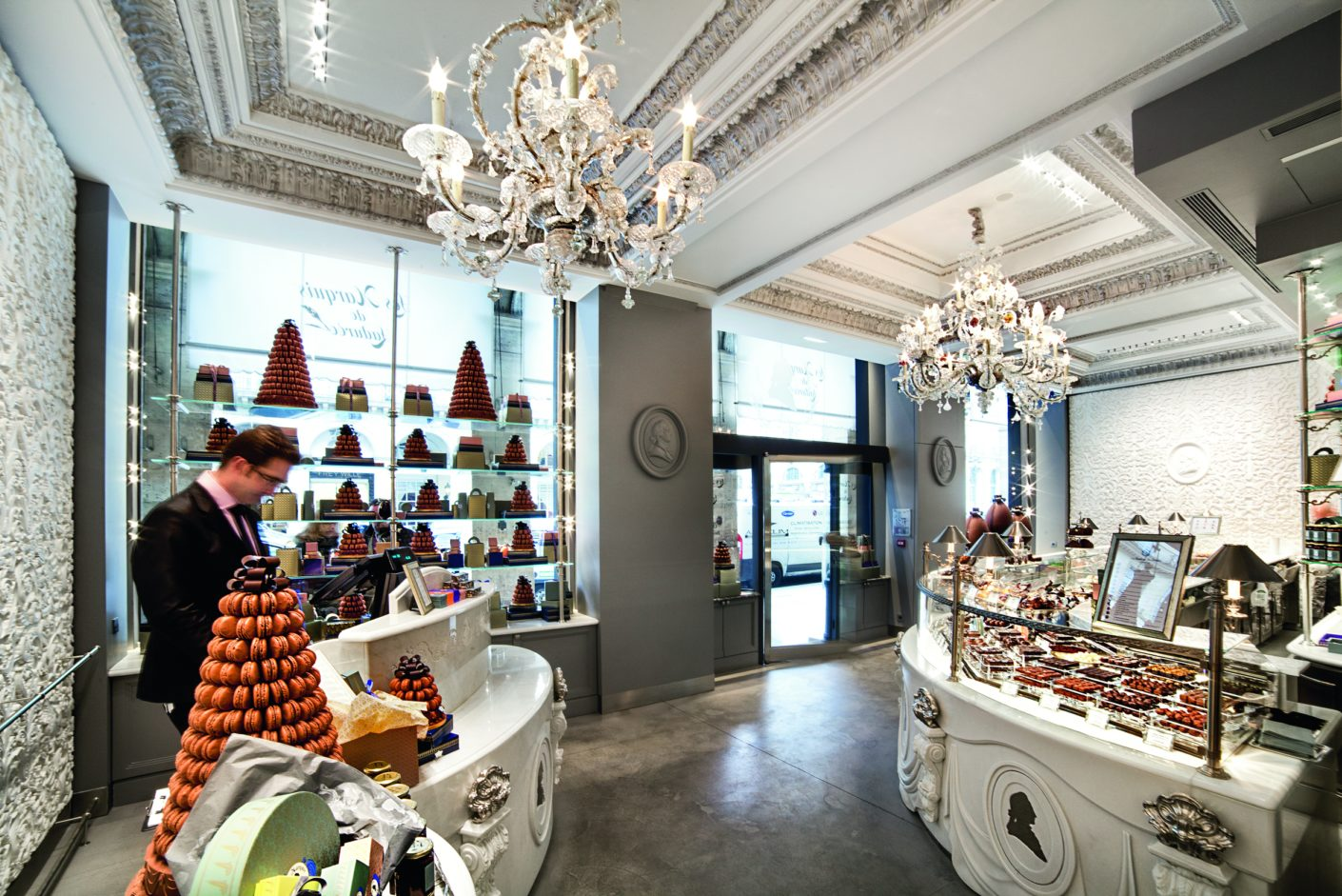 In the noble Parisian patisserie La Durée a gentle lighting and a warm light color is required.