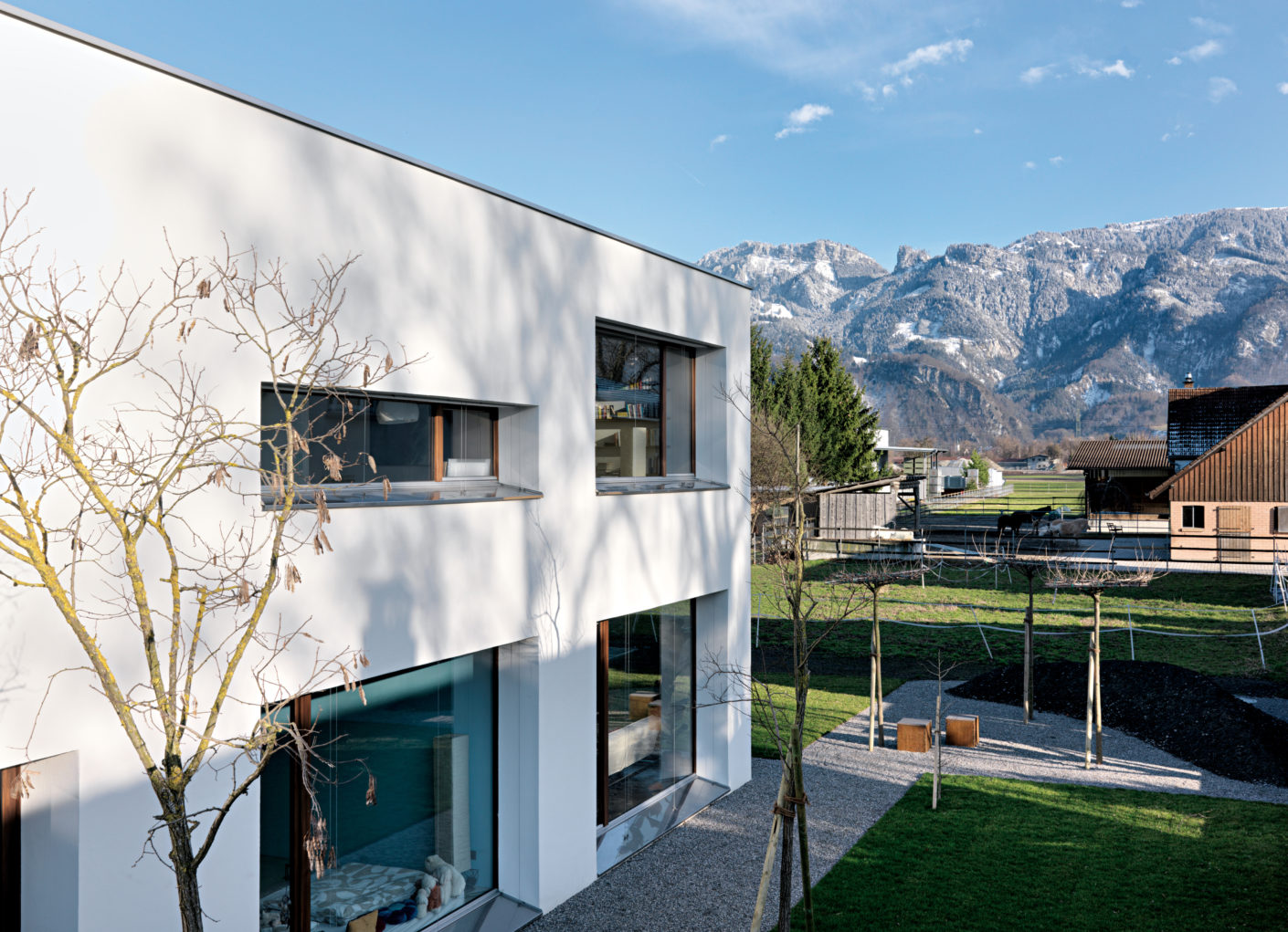 The architect Martin Gepp chose strict, narrow window formats - sometimes horizontally, sometimes vertically arranged, they frame the view of the mountains.