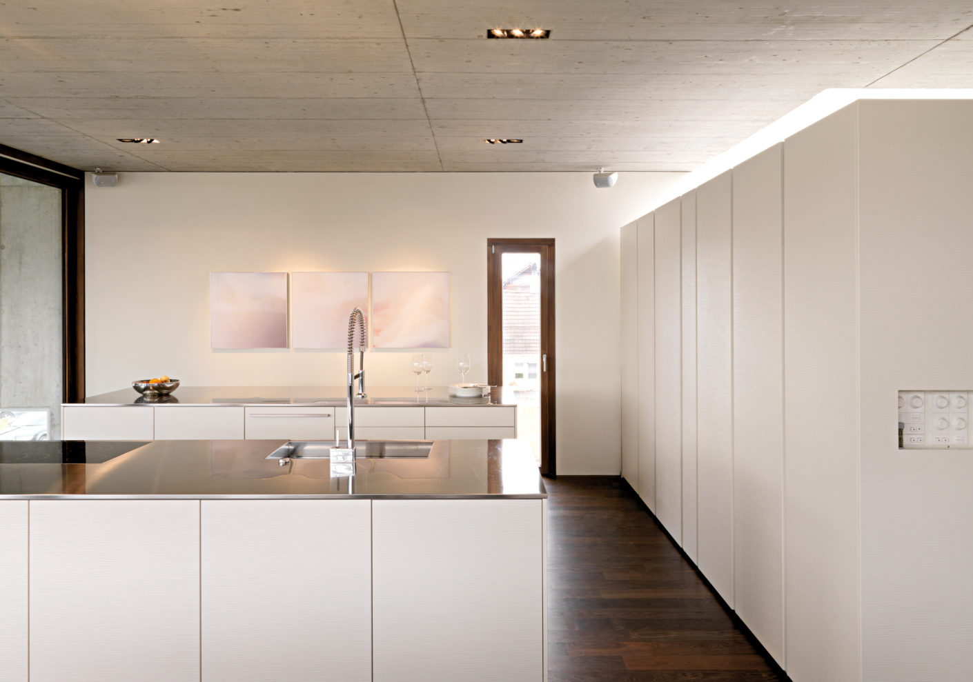 For the center of the house Leicht Küchen placed two equal kitchen islands parallel to the length dining table.