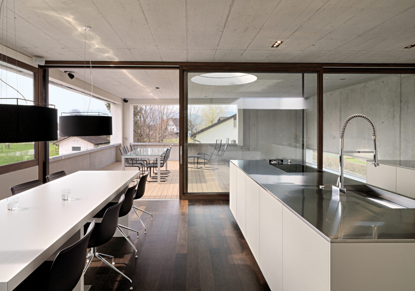 Raw exposed concrete and a dark oak floor provide for the contrasts in the restrained architecture.