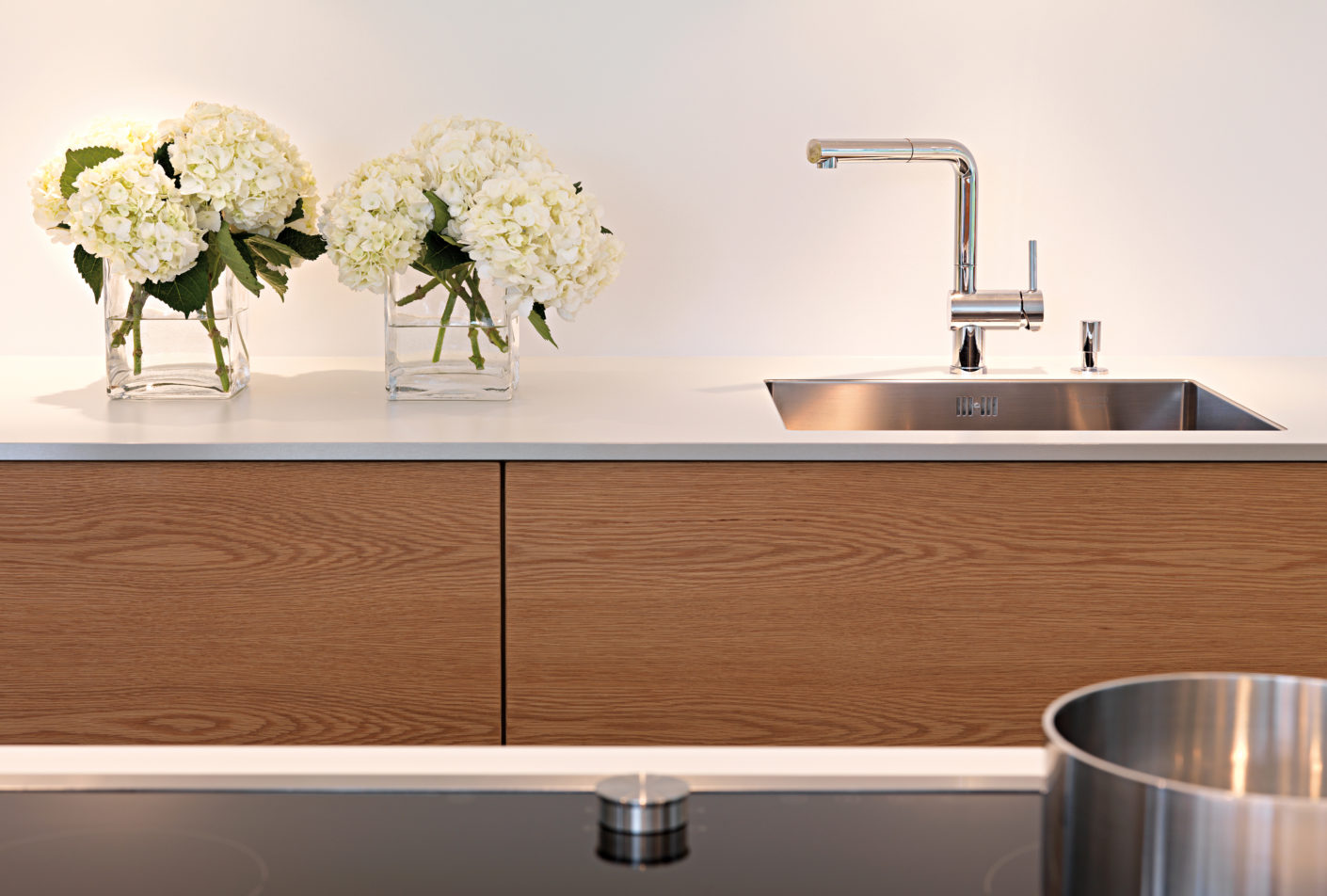 To offset the cool effect of the lacquered surfaces somewhat, the drawers in the fitted units have horizontally veneered oak fronts.