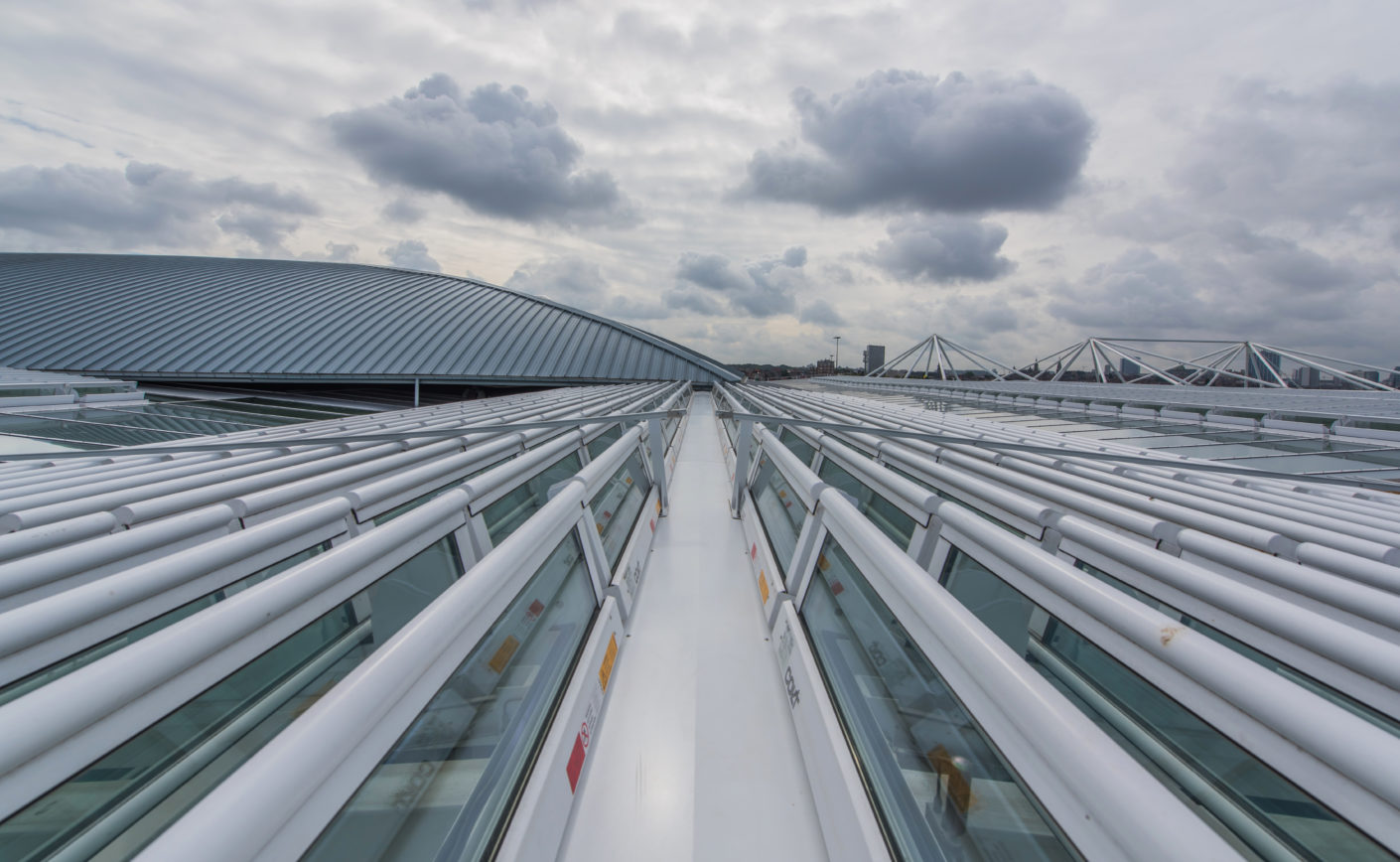 The louvered ventilators on the roof remove the warm air from the building and ensure a fresh air supply.