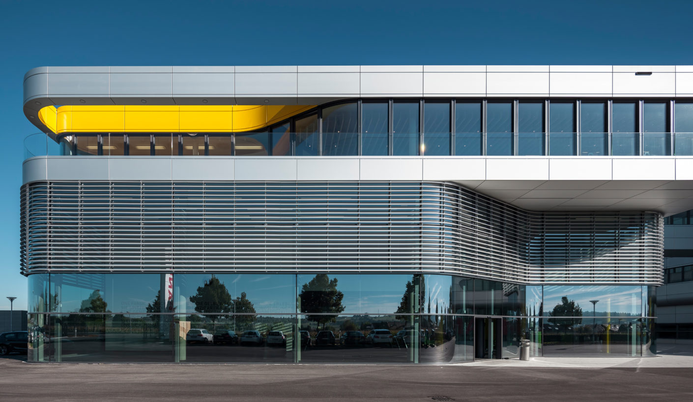 For the north and south façade they chose 19 louvers each by Colt International that follow the flow of the glass façade.