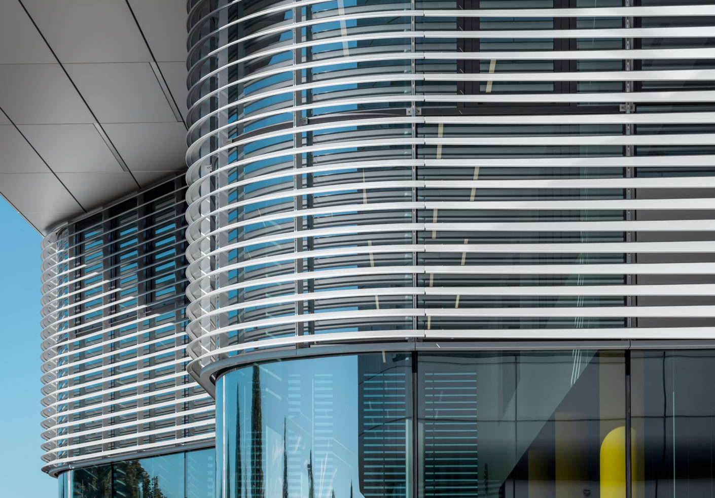 Harmonious colors and improved cladding resilience is guaranteed by giving the surface an anodized coat.