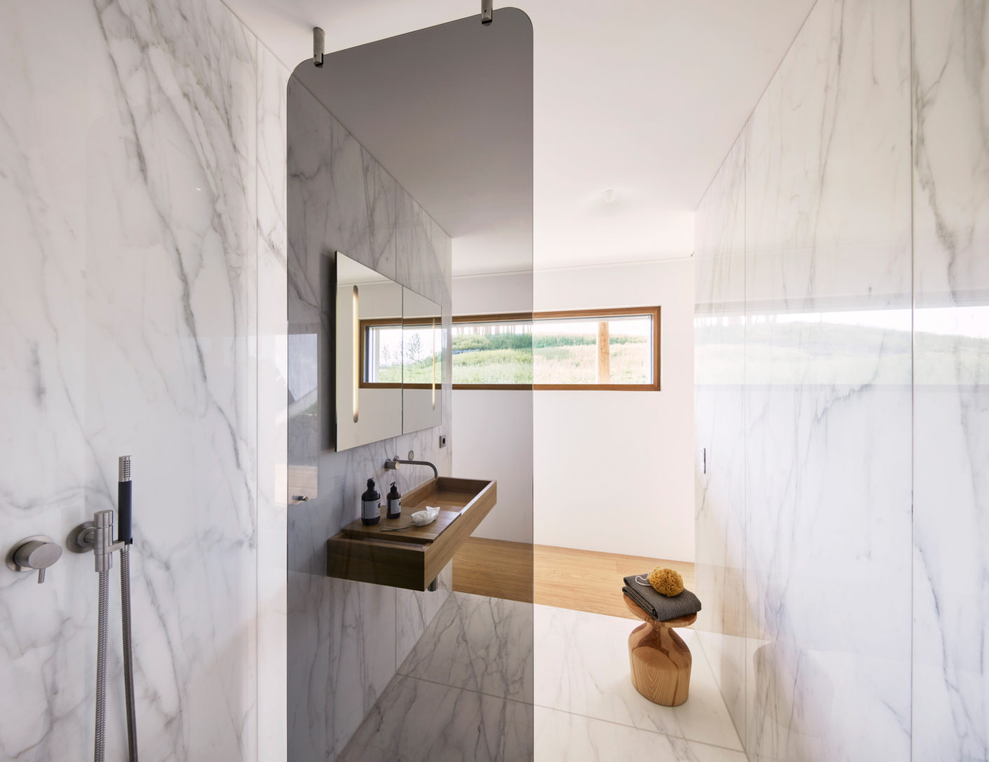 The respective purpose of the rooms is only evident from the change of flooring materials used – from parquet to marble.