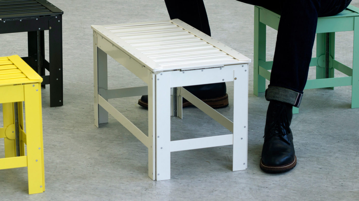 Made of aluminum, steel and stainless steel, the folded seats are robust and flexible.