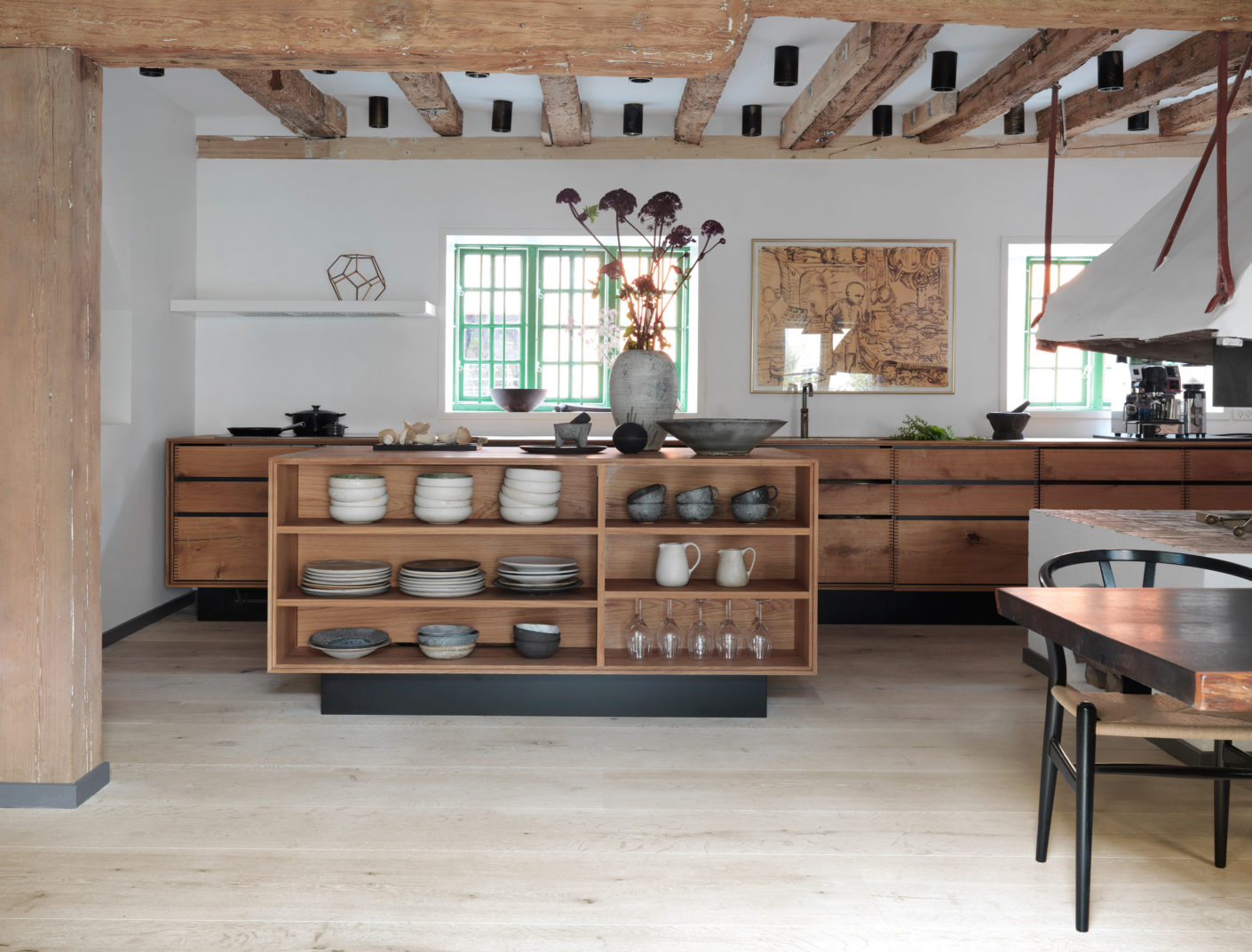Wood is the main material in the house - to preserve the harmonious overall picture even the kitchen cabinets were custom-made from solid wood.