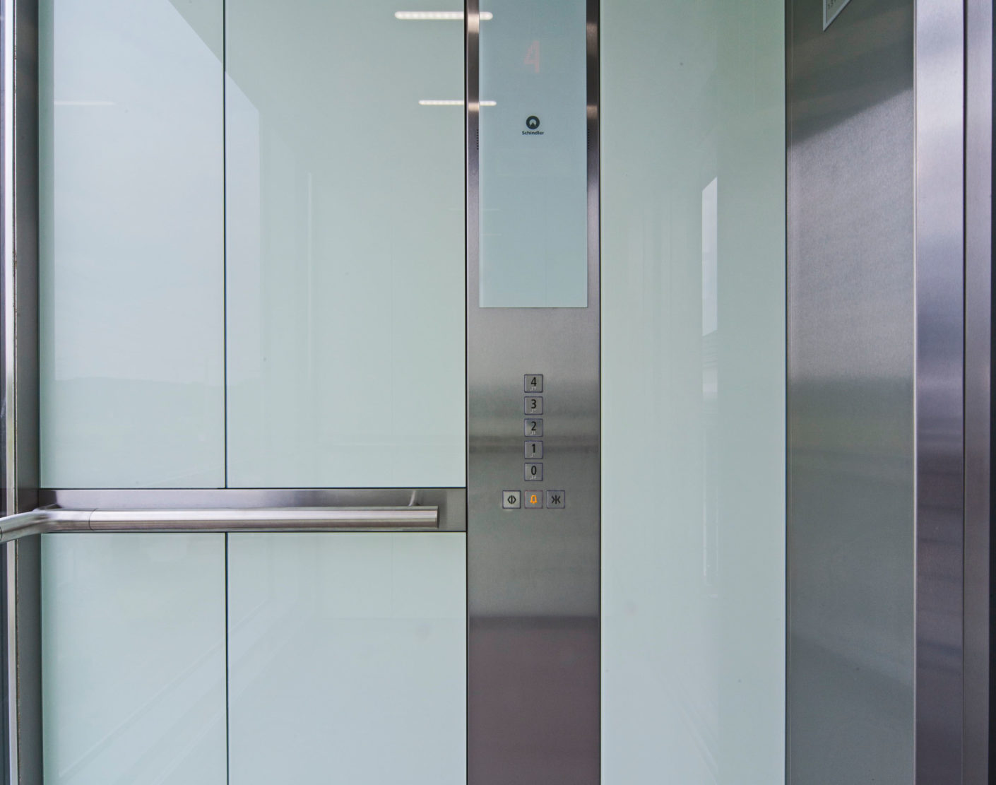 The Schindler 5500 offers numerous design options. For the Grotekamp estate glass with a white background was chosen, which makes the elevator cars appear light and sophisticated.