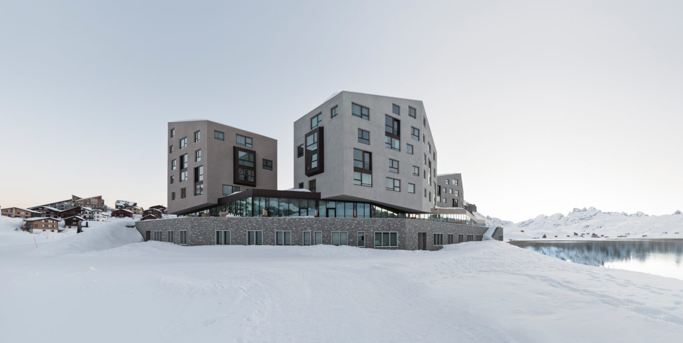 The architects Philip Loskant and Matthias Buser underscored the hotel's special location with large glazed façades.