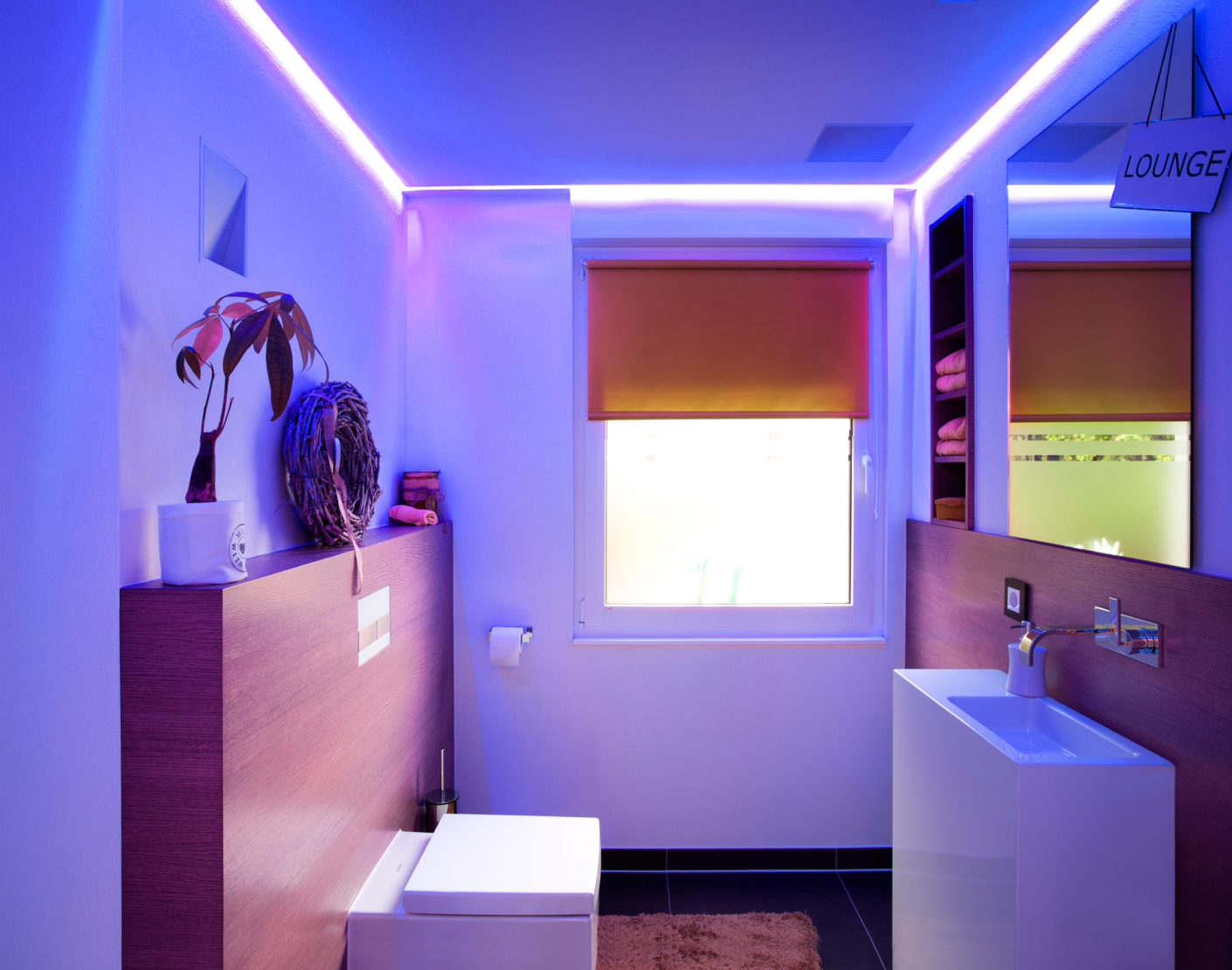 To top it all, the developers had colored LED luminaires installed in the bathroom, for example, so that the light mood can be changed there.