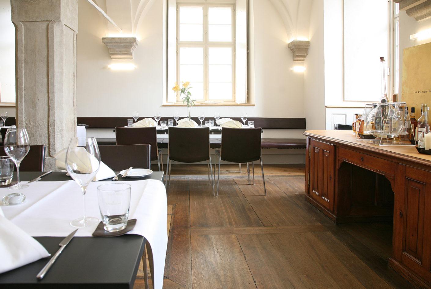 In der Hofbibliothek wird die regionale Küche mit internationalen Akzenten kombiniert angeboten.