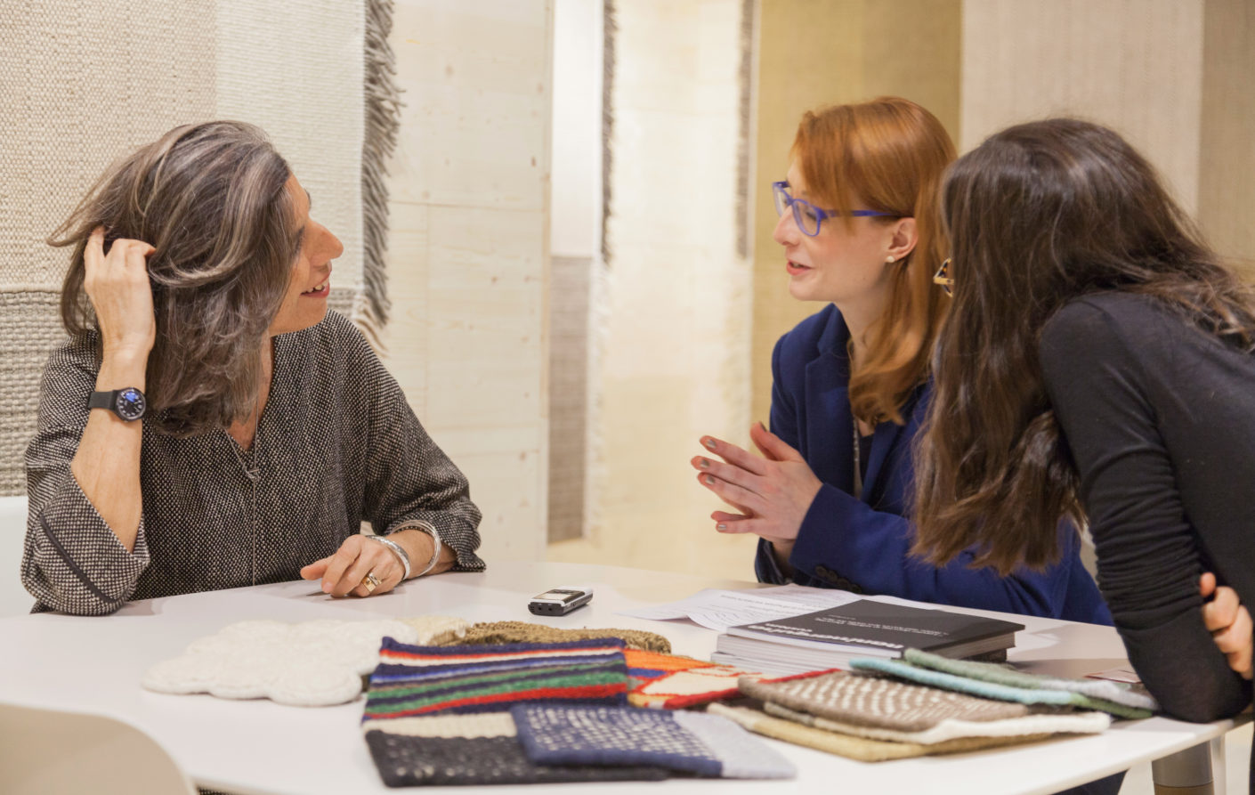 A three-way chat: Anna Moldenhauer in conversation with Nani Marquina (on the l.) and Lucia de la Rosa at the Nani Marquina booth at the imm cologne.