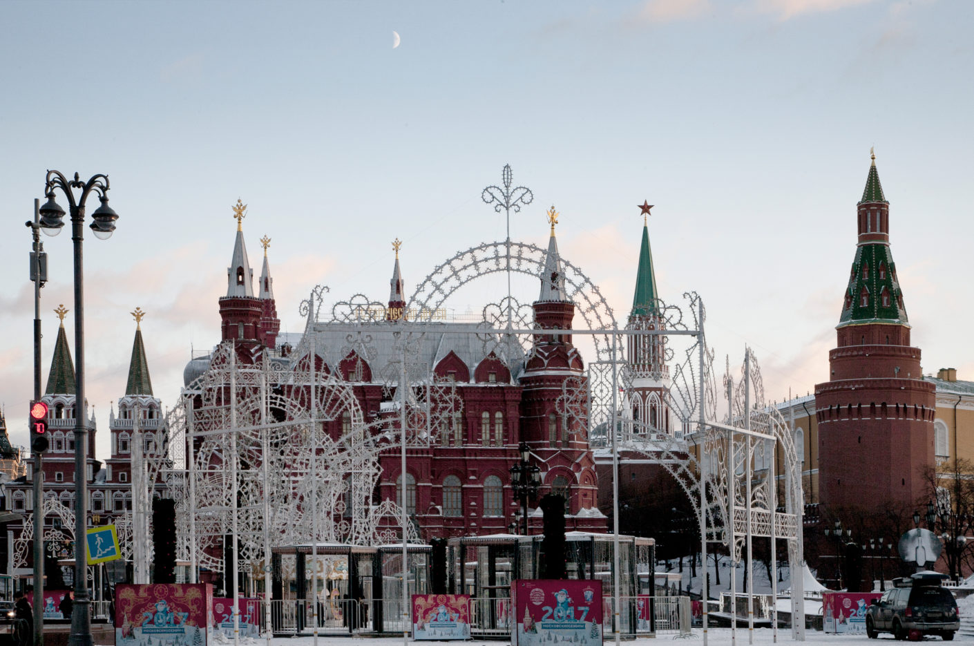 As a foreigner in Moscow, one is at present distracted by the many elaborately designed arches that scream out at you in stridently illuminated bright colors, the arcades and the temporary installations. They are the result of a new program of beautifying the city – commissioned by City Hall. The photo shows the view to the Red Square in December 2016.