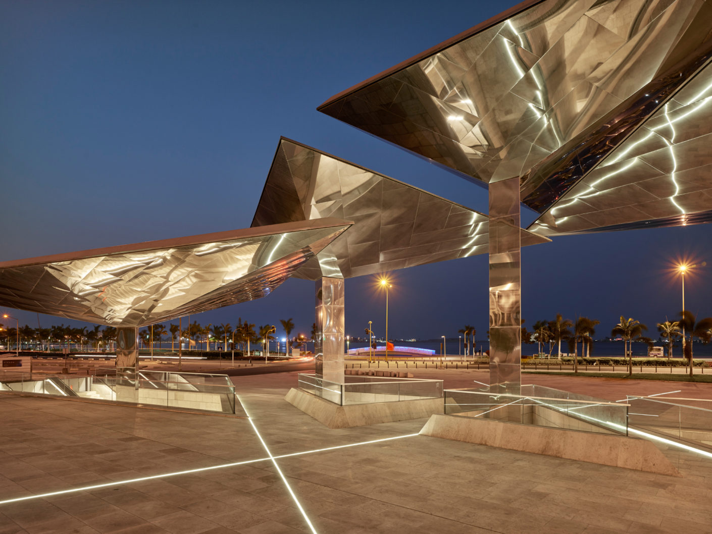 Like asymmetrical solar sails, the four roofs grow above the entrance to the museum on each of a column in height.