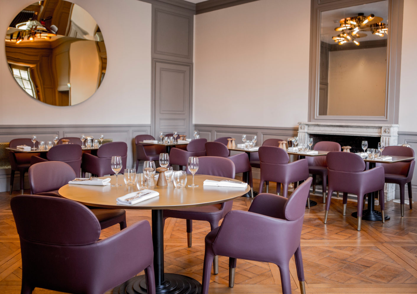In dark purple and beige, the chairs harmonize with the gold used in the former royal residence and which recurs on the surfaces of the tables and the window shutters.