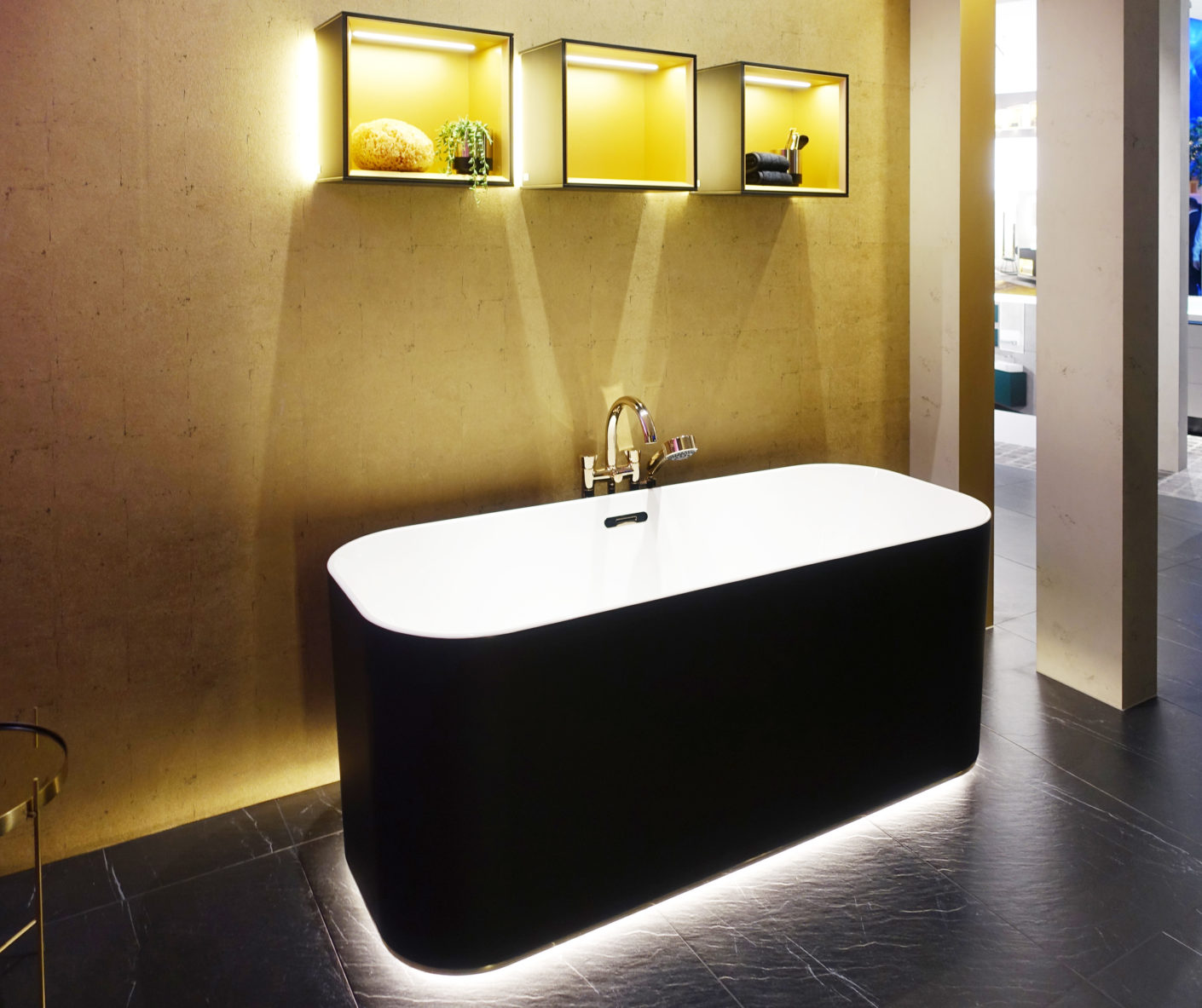 Lifted: Not only Villeroy & Boch seems to float the bathtub by under-floor lighting.