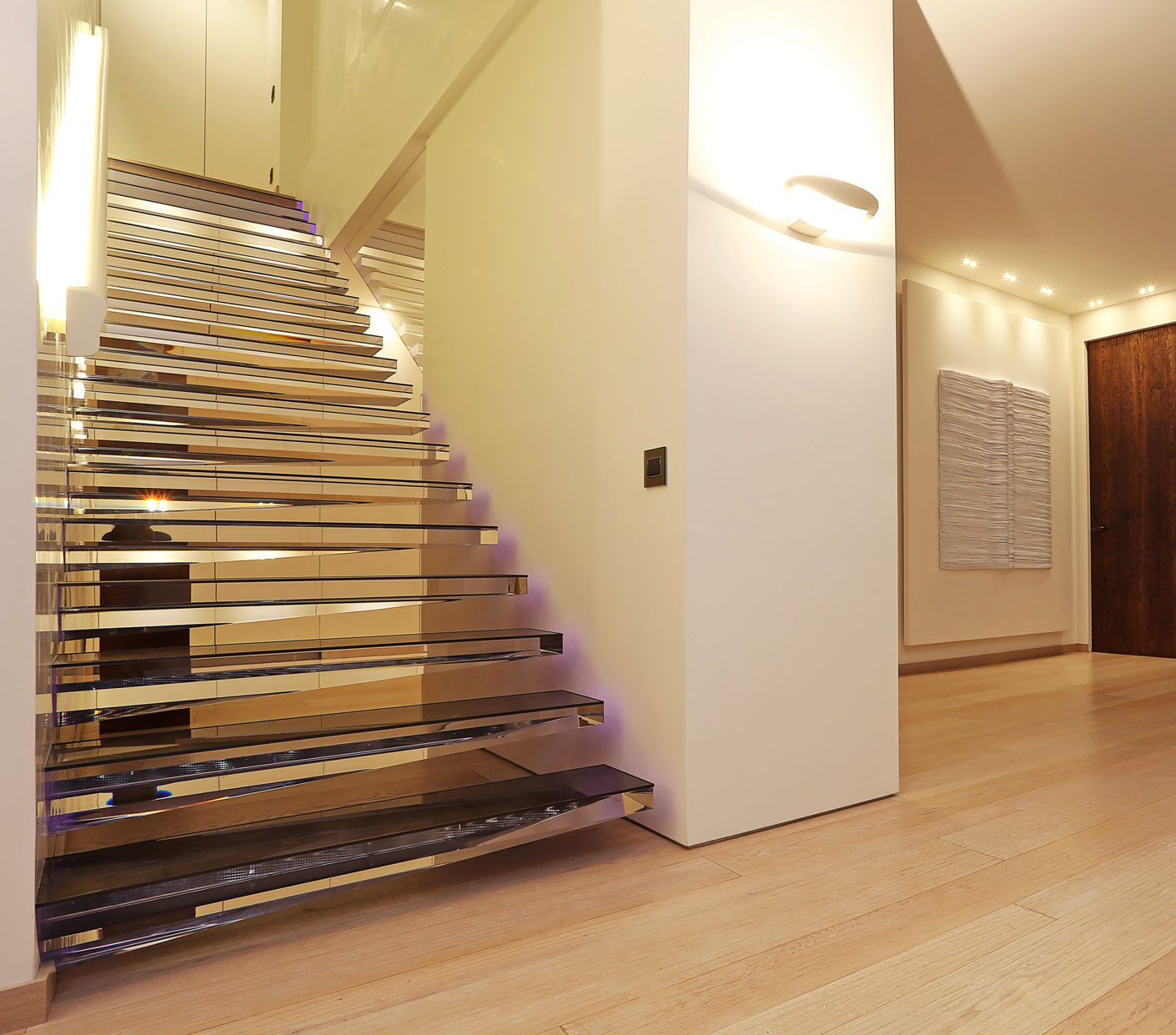 Even if the steps seem fragile, they are very sturdy underfoot: The acrylic blocks are anchored firmly in the wall by means of bolts and steel clamps.