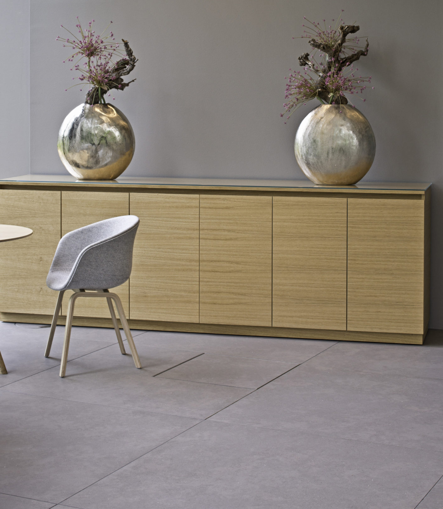 The Nortec raised floorings and large ceramic tiles from Lindner are highly durable.