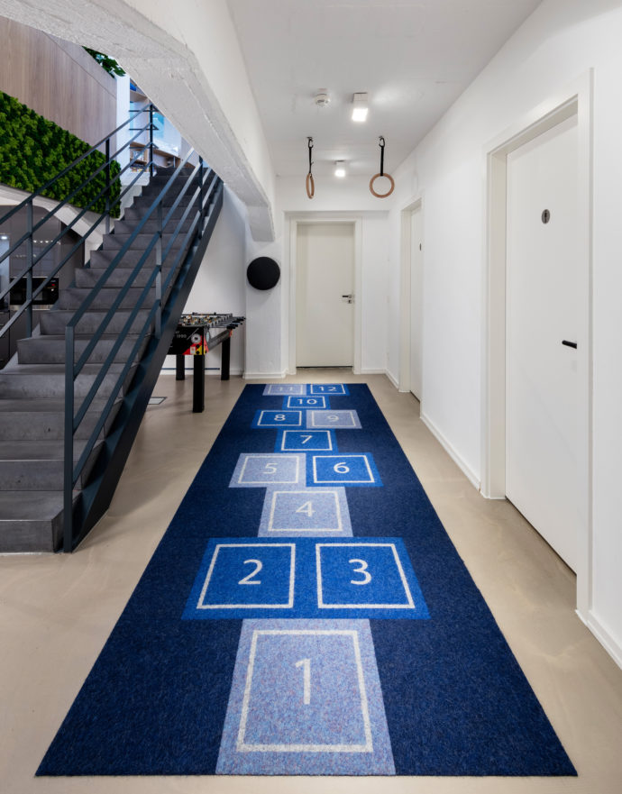 Sporty elements such as punch padding, wall bars, gymnastic rings and even a skipping carpet are designed to promote the people's sense of movement.