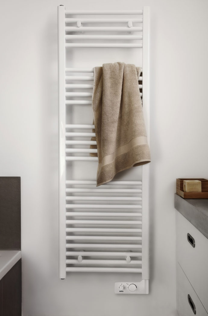 "Space-saving: ""GeBHG 500 W"" from AEG heats the bath out of a small niche."
