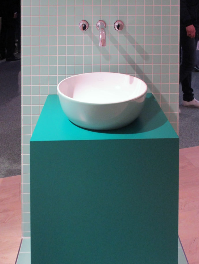 Today colorful: Individual surfaces for bathtubs and washbasins are also für Sanipa an issue.