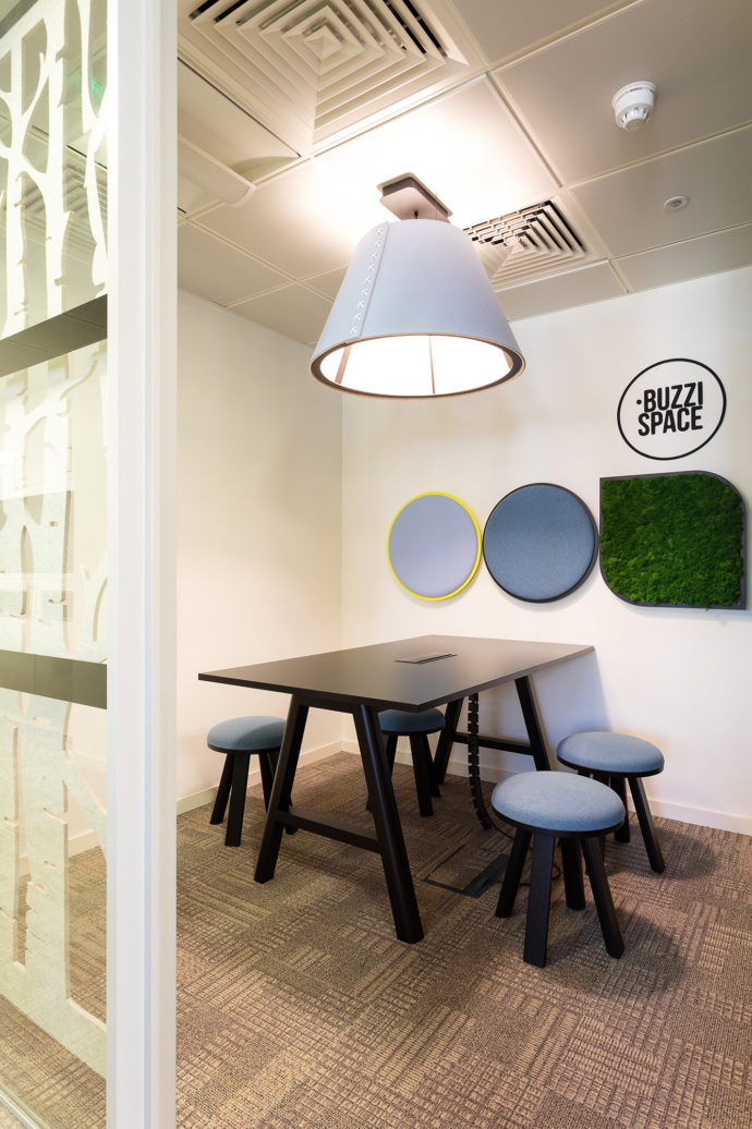 In the Buzzispace UK office the acoustic solutions do not end at the workstations: The lampshades are made of sound-absorbing, ecological felt, which offers many options for interior design.