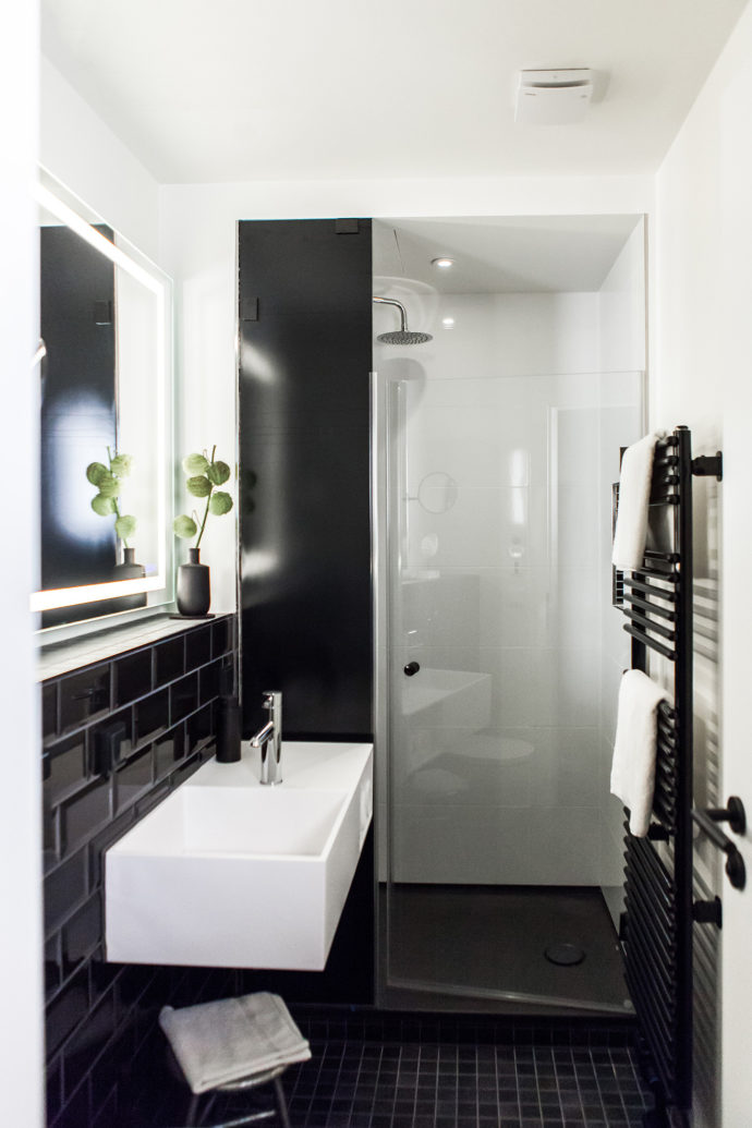 Boutique Hotel K7, black tiles, shower, BetteUltra, BetteZarge