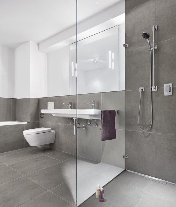 With its simple design language, the shower channel can be integrated almost invisibly into the clear structure of the interior design.