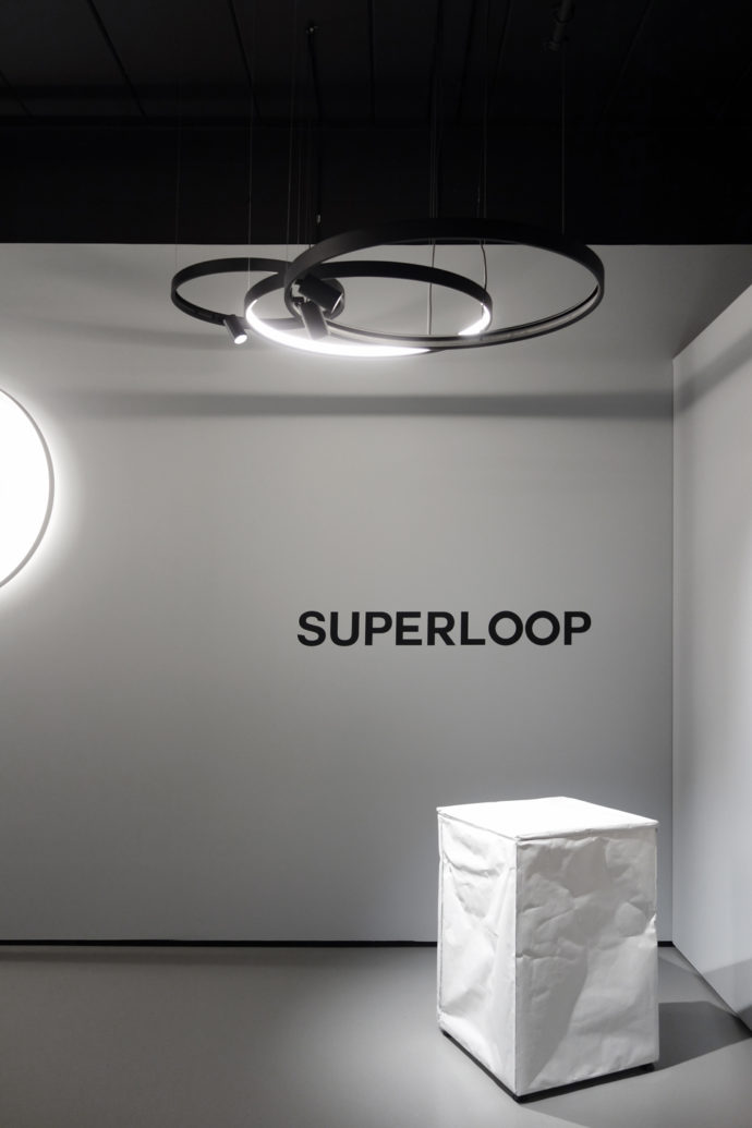 "The circular or square luminaire ""Superloop"" with a seamless surface allows you to choose between the settings functional or decorative light."