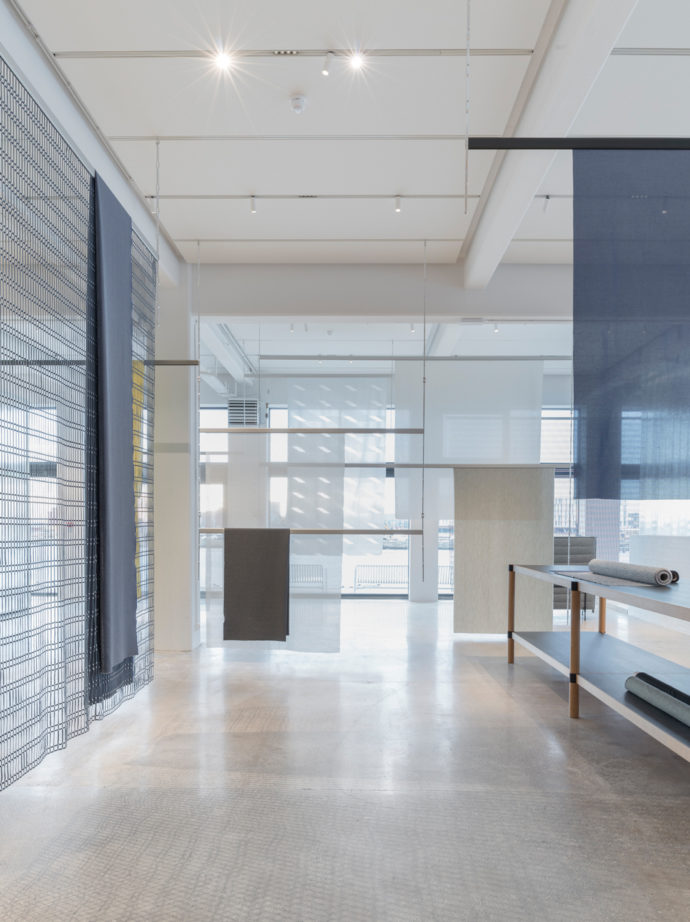 The showroom is intended to provide an ideal stage over the renouncement of color of the diverse textiles of Kvadrat.