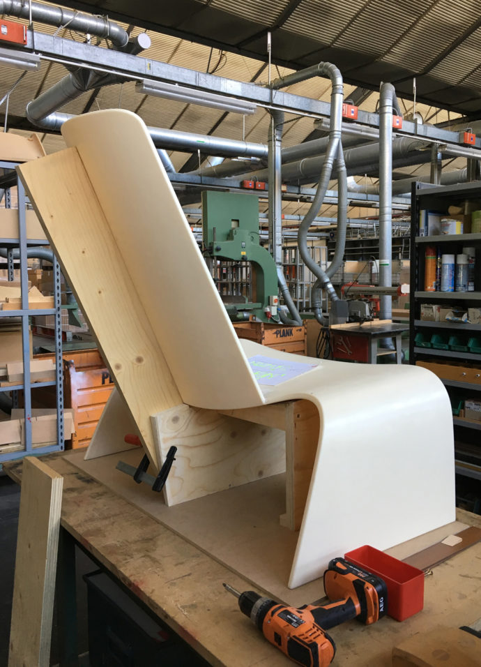 The slight backwards slope of the seat supports the back, making for greater comfort.