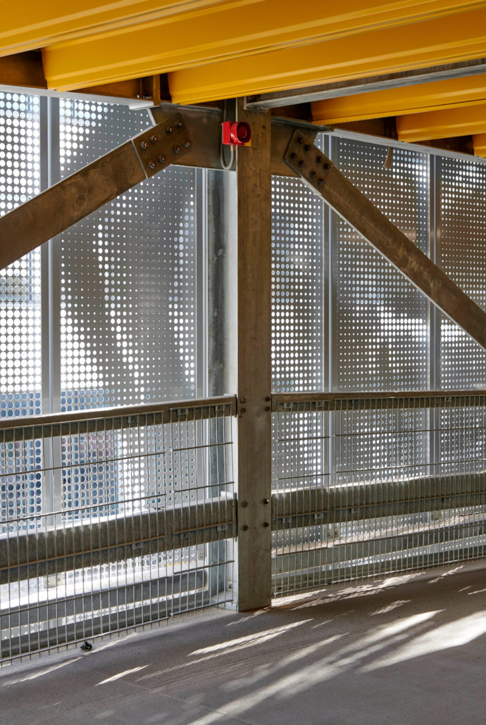 Thanks to its light weight and lean structure, the metal cladding has ideal load-bearing properties.