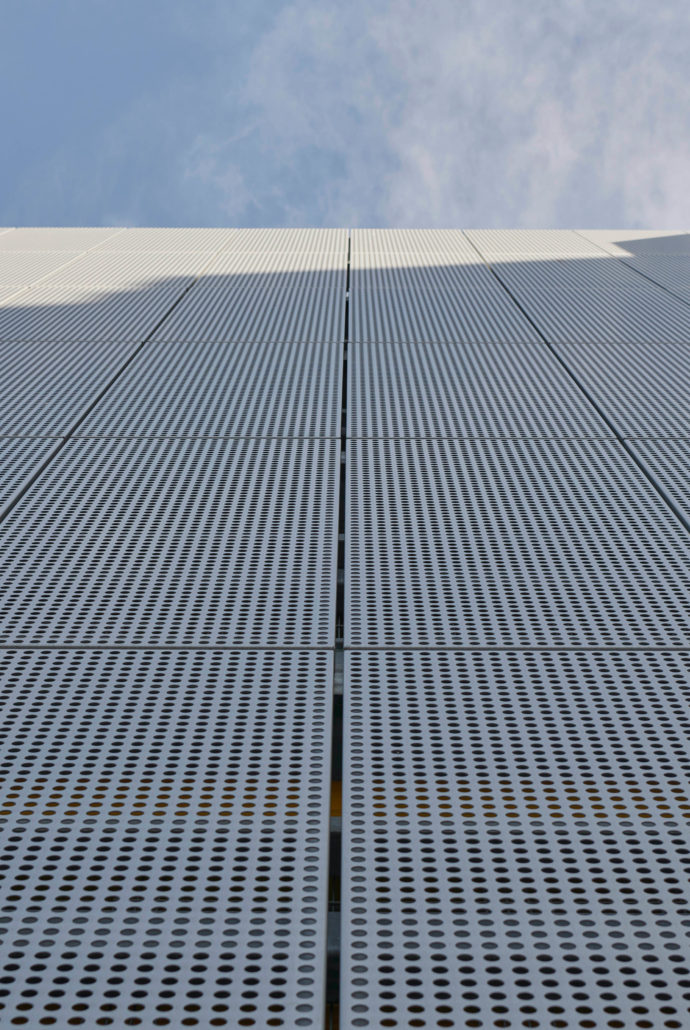 Alongside its strong surface stability, the perforated sheet metal provides good visual and solar protection and with its clear formal idiom is aesthetically appealing.