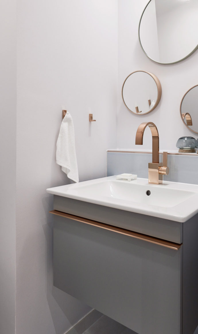 "The washbasin from the ""Venticello"" collection creates with a copper-colored decorative trim a connection to the matching fitting."