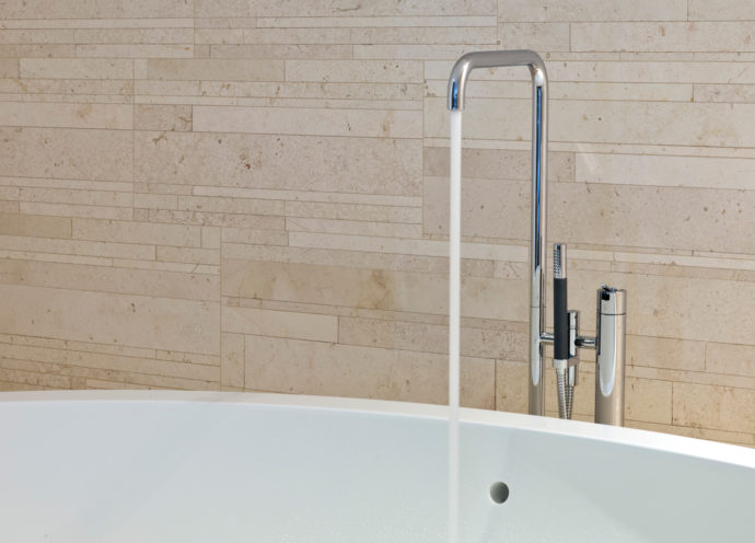 The classic design by Arne Jacobsen continues to shine in the form of the freestanding bath fitting with hand shower Vola FS1.