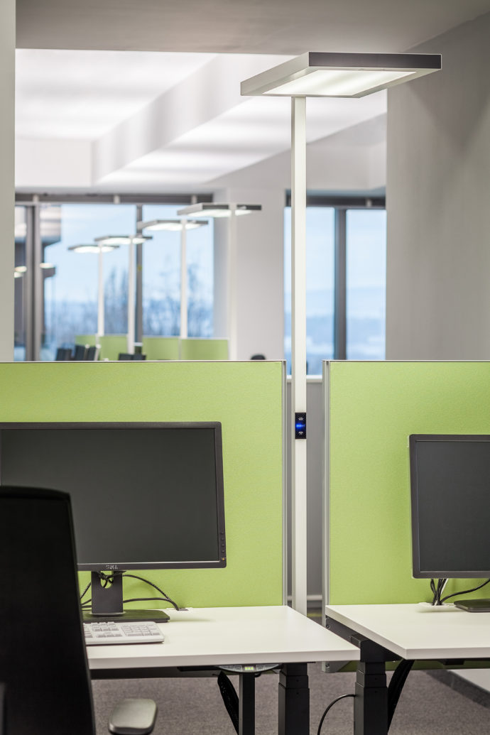 The luminaire with a rectangular, reduced shape can be integrated between any double workplace.