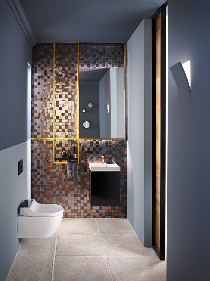 Bathroom with details in gold