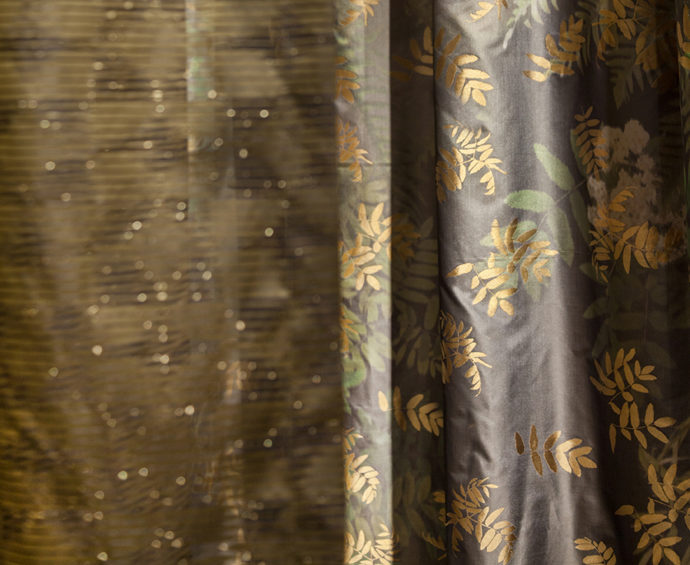 "Golden branches: the fabric ""Ashley"" by Nya Nordiska with shiny floral motifs."