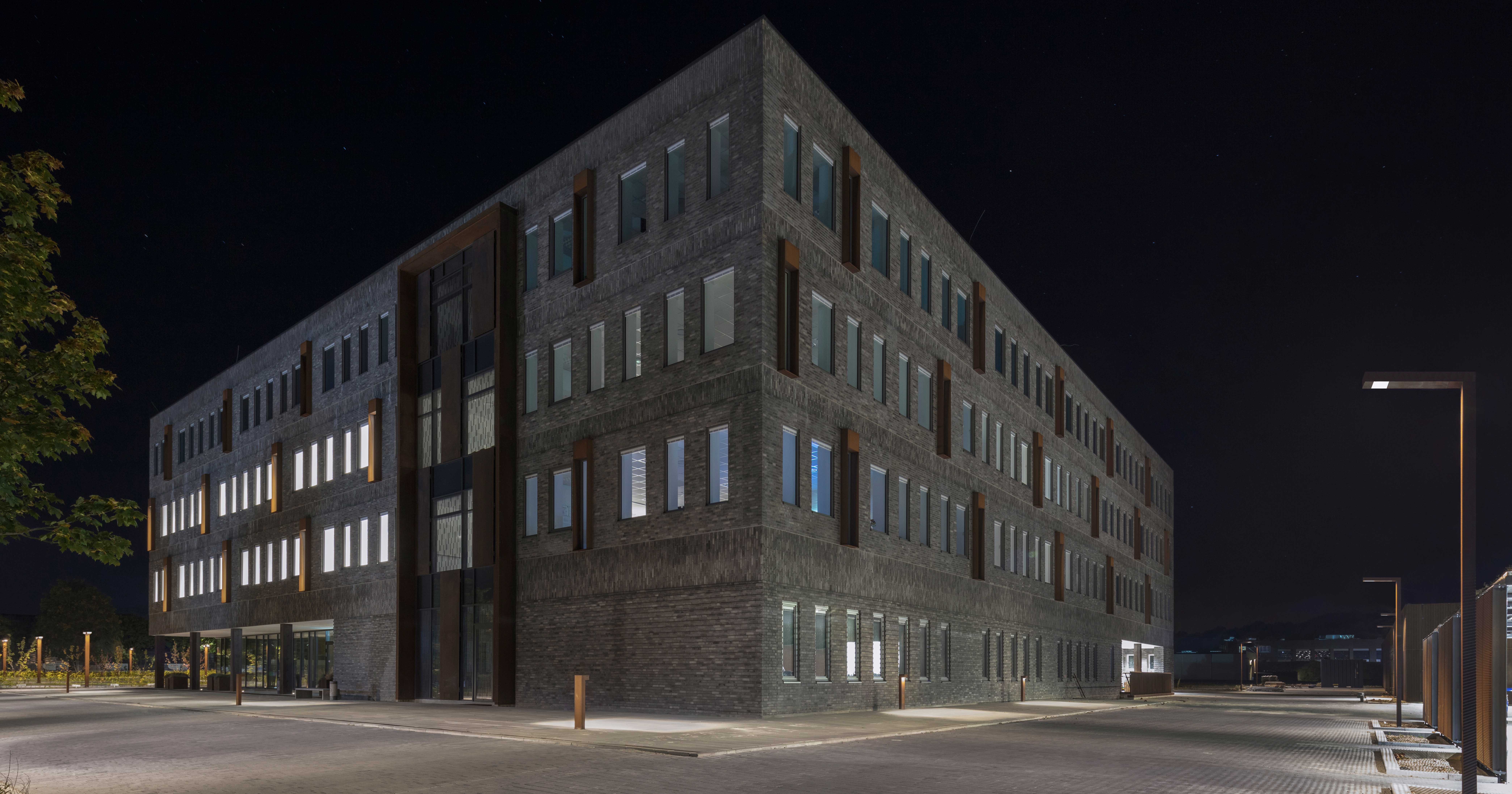 ... Bank headquarters in Silkeborg Denmark which is so very bright thanks its numerous windows. Outside lighting units by ewo illuminate the surroundings. & ewo is a expert when it comes to lighting in the public   STYLEPARK azcodes.com
