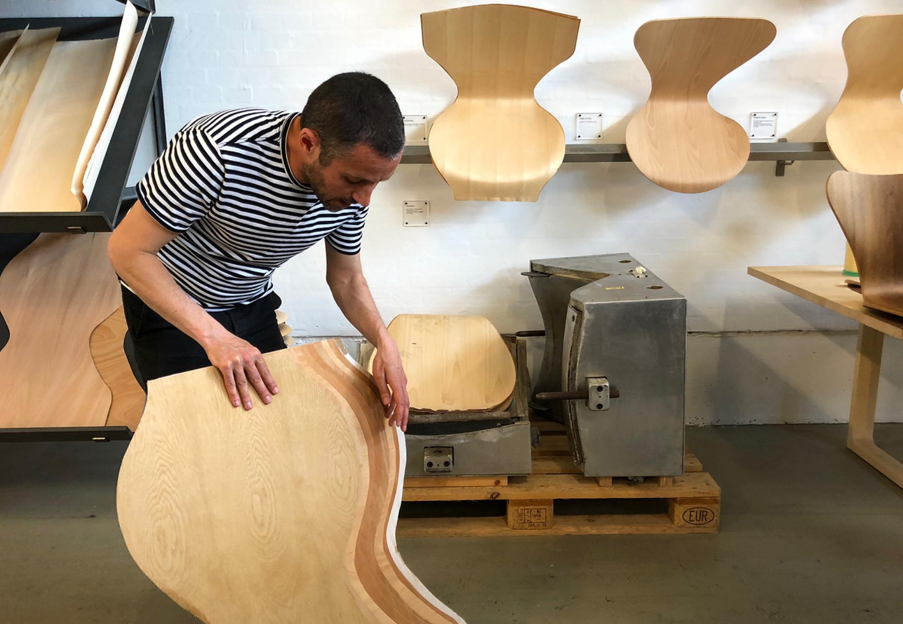Schichtarbeit aus Formsperrholz: Der Stuhlklassiker der Serie 7 von Arne Jacobsen für Fritz Hansen
