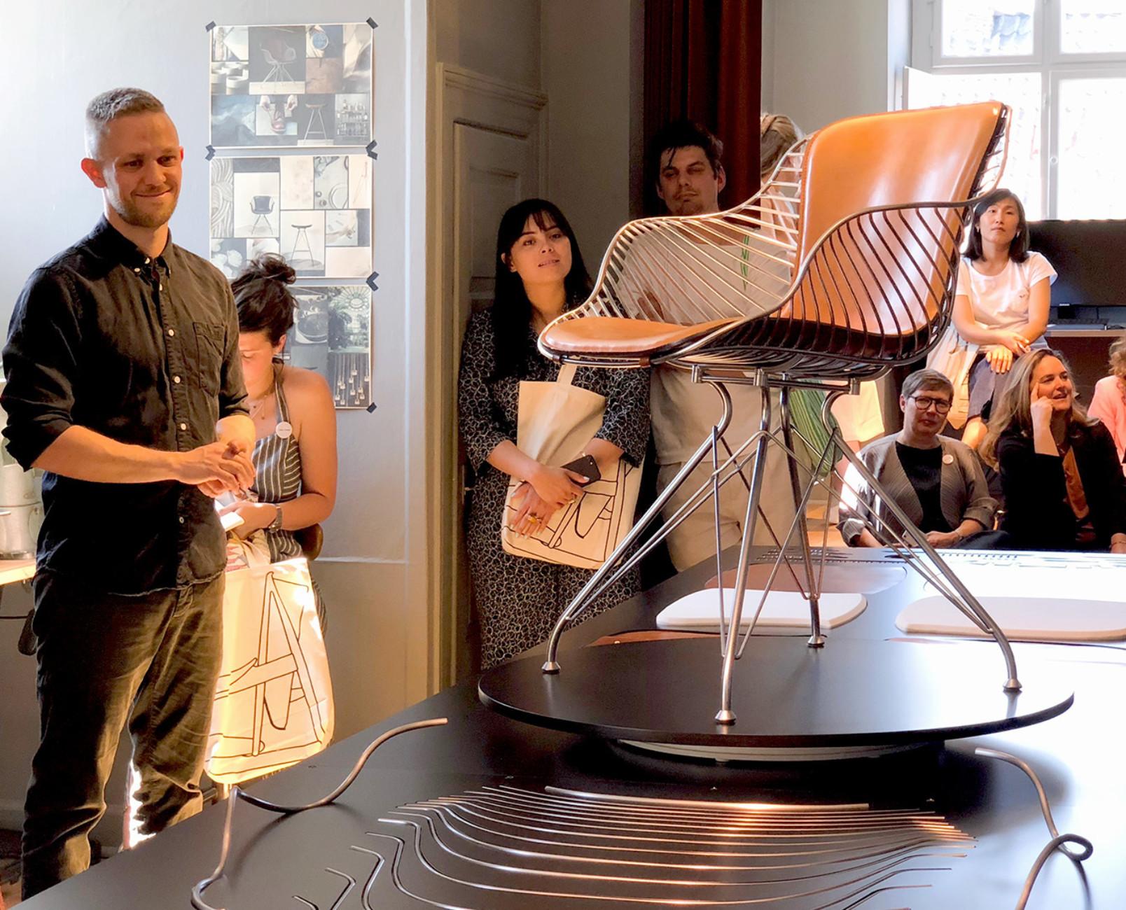 Christian Dyrman führt durch das Atelier von Overgaard&Dyrman